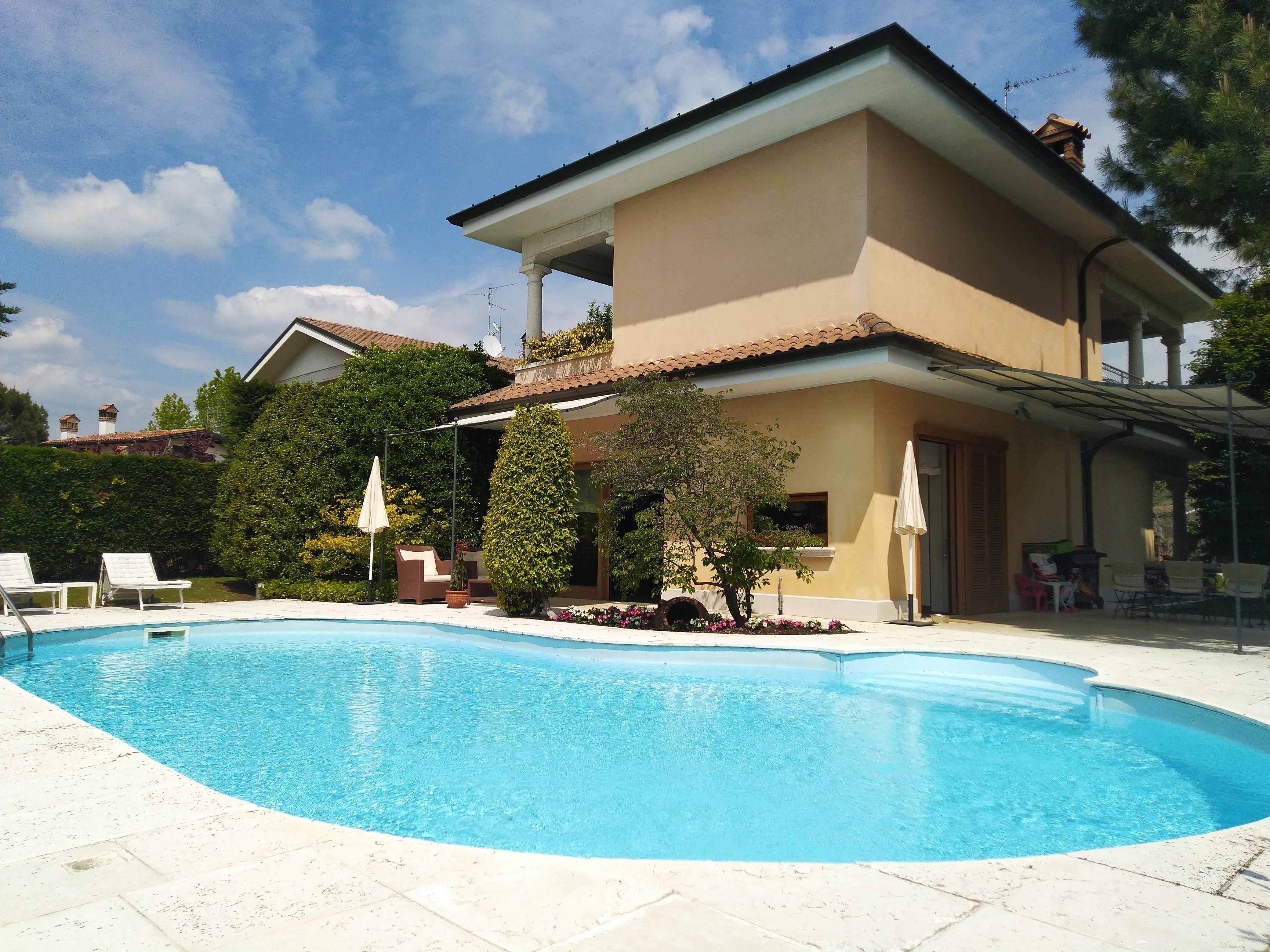 Carugo : Villa singola con piscina